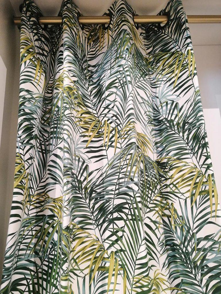 Rideau blanc motifs feuilles de palme vertes