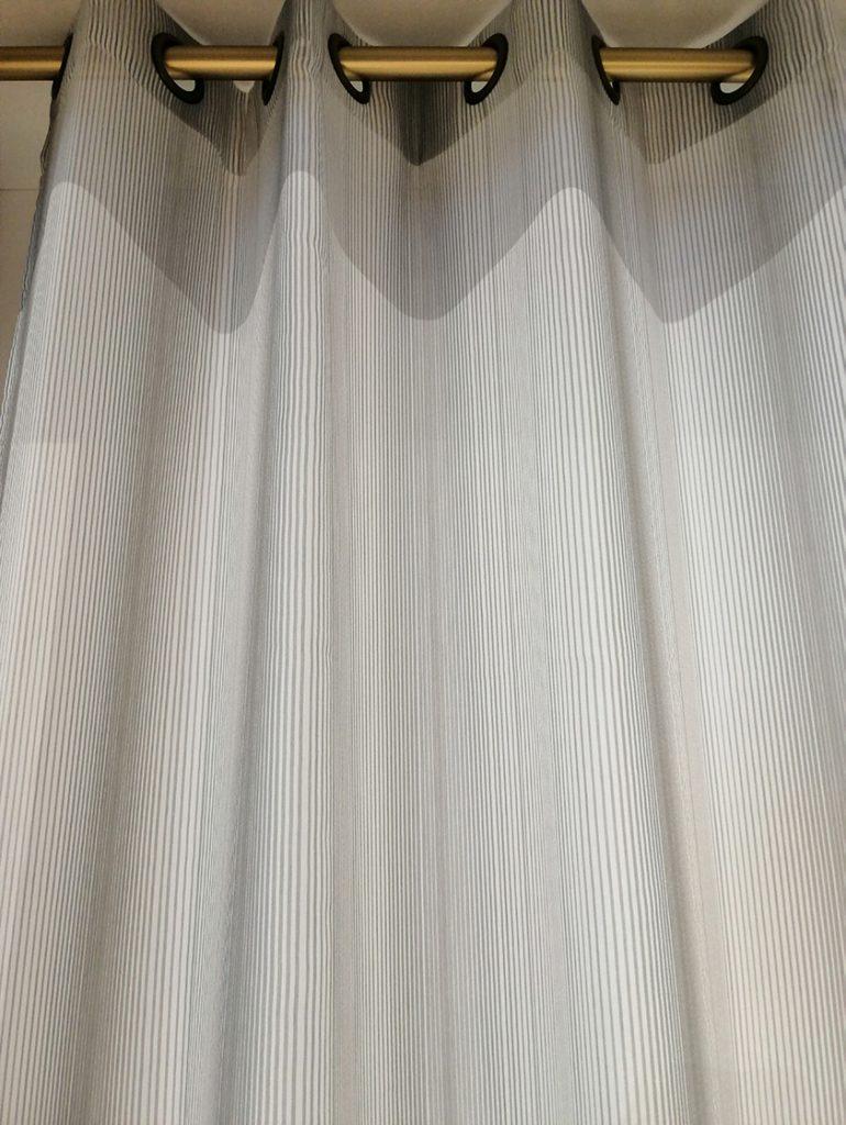 Voilage gris clair à rayures