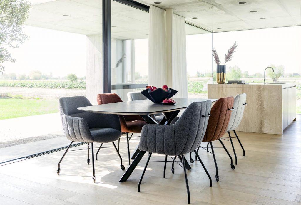 Salle à manger confortable et minimaliste